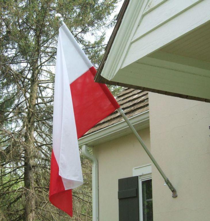 Flaga_polski_przy_domu